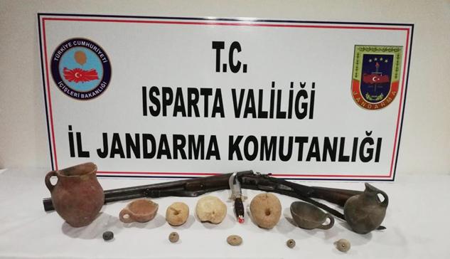 Jandarma tarihi eser kaçakçılarını Dörtyol'da yakaladı