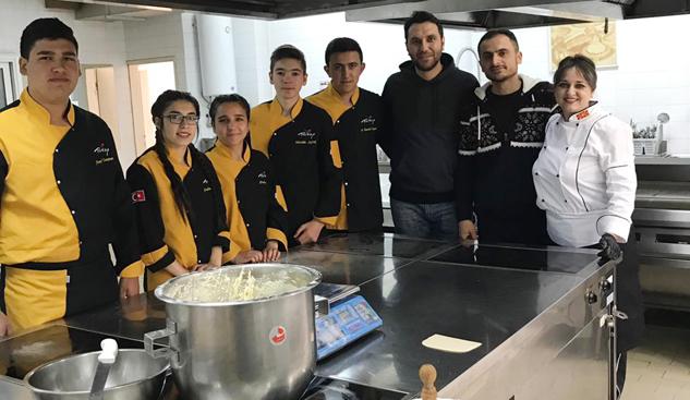 Turizmci öğretmen ve öğrenciler Çekya-Makedonya'daydı