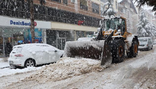 Belediye ekipleri karla mücadeleye başladı